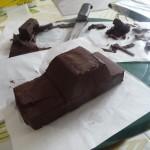 Potong coklat dan bentukan seperti kereta